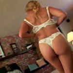 imagen ama de casa se desnuda ante el vecino