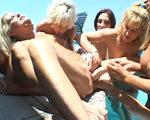 imagen orgia entre abuelas en la piscina