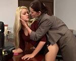 imagen jefa cuarentona y lesbiana desea a su empleada