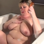 señora obesa dandose un baño muy sensual
