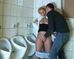 imagen Se cuela en los baños de hombres para follar