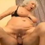 imagen no te pajees, abuela, que yo te follo con gusto
