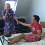 imagen Abuela conociendo el piso de su nieto