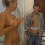 imagen Entra en el baño y la pilla desnuda
