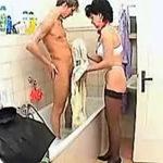 imagen Ama de casa muy atenta con jovencito