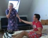 Abuela encantada de follar con un jovencito