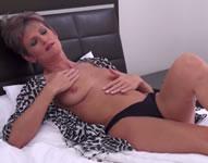 Abuela se masturba viendo una peli porno