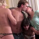 imagen Tres señoras se trajinan al vendedor de seguros