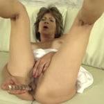 imagen Anciana peluda se abre de piernas con un negro