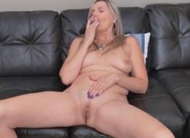 Rubia se corre de gusto en el sofa