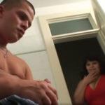 imagen Su suegra lo pilla pajeándose en el baño