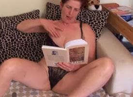 imagen Señora cachonda mientras lee novela erotica