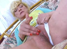 Una abuela con el coño empapado