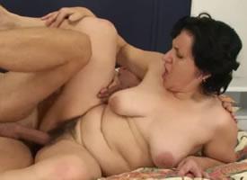 Pilla a su madre follando con su marido