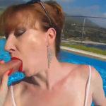 imagen Pelirroja británica chupando polla en una piscina