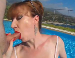 Pelirroja británica chupando polla en una piscina