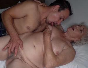Anciana tiene encuentros sexuales de madrugada