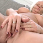imagen Polla joven para esta señora de sesenta