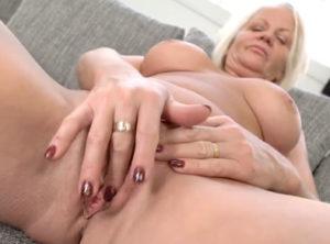 Polla joven para esta señora de sesenta