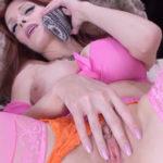 imagen Guarra se masturba mientras habla por teléfono
