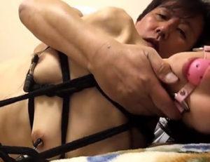 Matrimonio asiatico practicando el bondage
