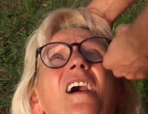 Follando a una abuela al aire libre