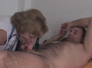 Vieja doctora sabe cómo mejorar a un paciente