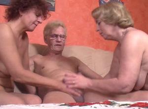 Trio sexual con dos señora jubiladas