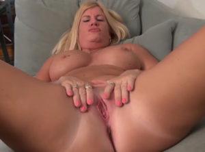 Madres cachondas masturbando sus chochos hot
