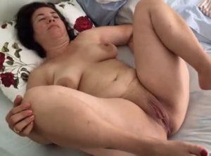 Señora se despierta con el coño mojado
