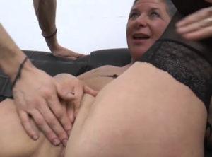 Su marido la pone a follar con jovencitos