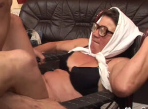 Sexo salvaje con una anciana impedida
