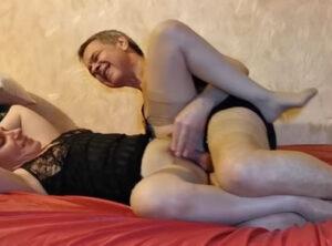 Follándose a su esposa vestido con medias