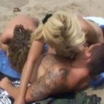 imagen Trio en la playa con dos turistas alemanas