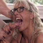 imagen Jardinero regándole la boca a la señora de la casa