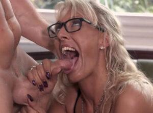 Jardinero regándole la boca a la señora de la casa