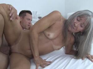 Vieja estrella del porno con su nuevo compañero