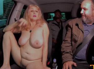 Madurita desnuda en su viaje en taxi