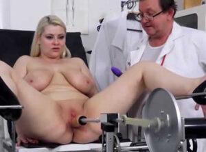 Milf prueba juguetes sexuales con el ginecólogo