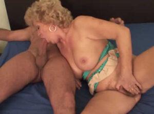 La guarra de su suegra la chupa muy bien